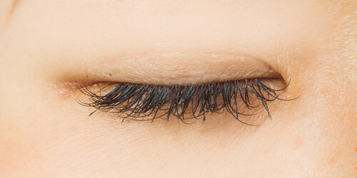 False eyelashes of the Asian woman